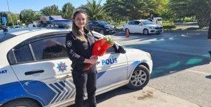 Bakırköy'de görevi başındaki kadın polislere Anneler Günü'nde çiçek sürprizi