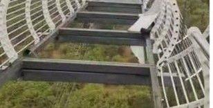 Parçalanan cam köprüde mahsur kaldı