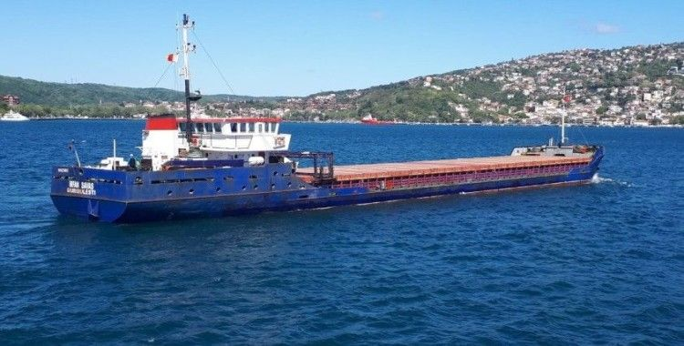 İstanbul Boğazı'nda arızalanan kuru yük gemisi, korkuttu