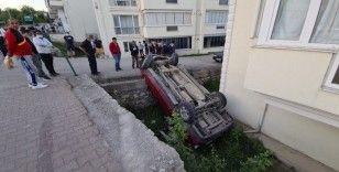 Yoldan çıkan kamyonet apartman bahçesine düştü