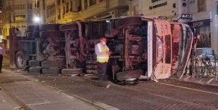 Sürücüsünün hakimiyetini kaybettiği kamyon demir korkuluklara çarparak tramvay yoluna devrildi