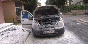 Üsküdar'da otomobili gözleri önünde alev topuna döndü