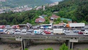TEM'de zincirleme kazada 20'den fazla araç birbirine girdi