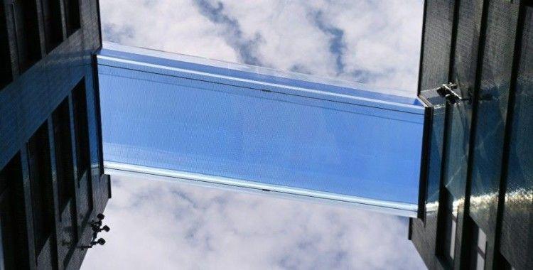 Dünyanın ilk transparan gökyüzü havuzu ziyaretçi akınına uğradı