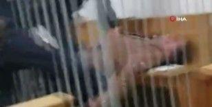 Belarus'ta bir tutuklu mahkemede boğazını kesmeye çalıştı