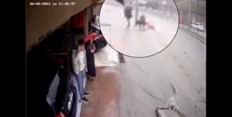 Sel sularına kapılan adamı gençler kurtardı: O anlar kamerada