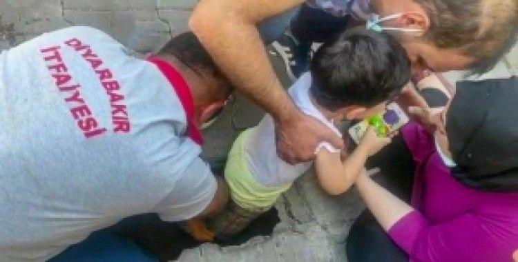 Bacağı su giderine sıkışan küçük çocuğu İtfaiye ekipleri kurtardı