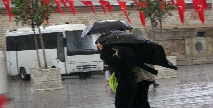 Taksim'de önce hava karardı sonra sağanak yağış başladı