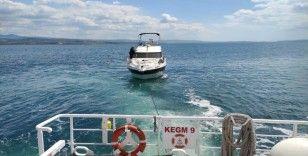 Çanakkale Boğazı'nda arızalanan tekne rıhtıma yanaştırıldı