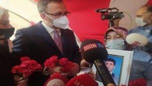 Bakan Kasapoğlu evlat nöbetindeki aileleri ziyaret etti