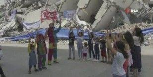 Enkaz yığınları arasında palyaço gösterisi ile çocukların yüzünü güldürdüler