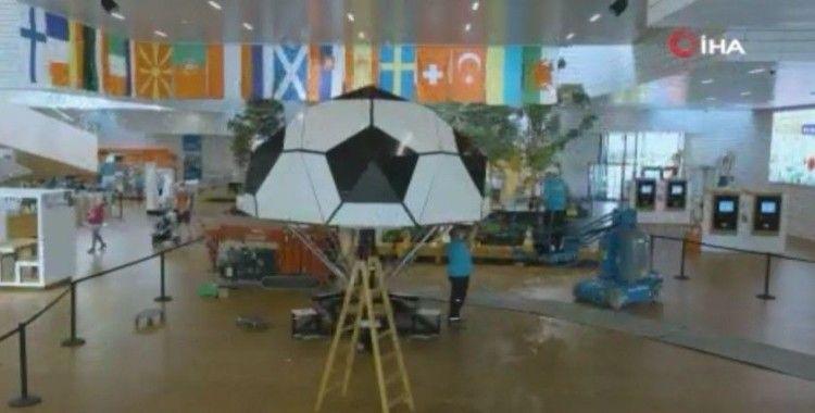 Avrupa Futbol Şampiyonası için LEGO'lardan dünyanın en büyük futbol topu yapıldı