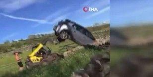 İngiltere'de bir çiftçi, iş makinesi ile otomobili ters çevirdi