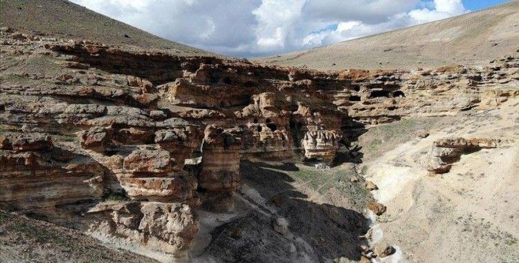 Kayalar oyularak yapılan 'Yukarı Biligan Mağaraları' ziyaretçilerini bekliyor
