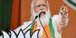 Hindistan'daki pandemi rezaletinin sorumlusu olmakla suçlanan Başbakan Modi'den tüm yetişkinlere bedava aşı sözü