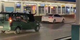 Asker konvoyunda araçlardan sarkıp selfie yaptılar...O anlar kameralara yansıdı