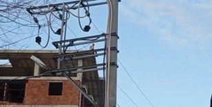Eşiyle tartışan şahıs inşaatın çatısına çıktı
