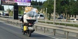 Motosikletine fazla yük atan sürücü hem kendini hem trafiği tehlikeye attı
