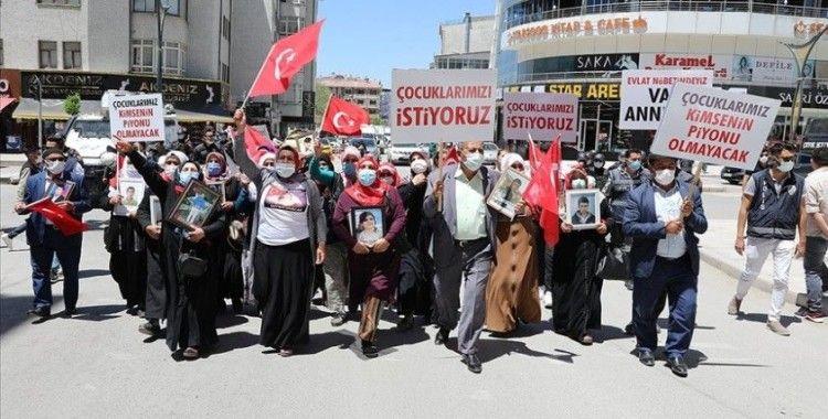Vanlı aileler çocuklarına kavuşmak için HDP İl Başkanlığı önünde eylem yaptı