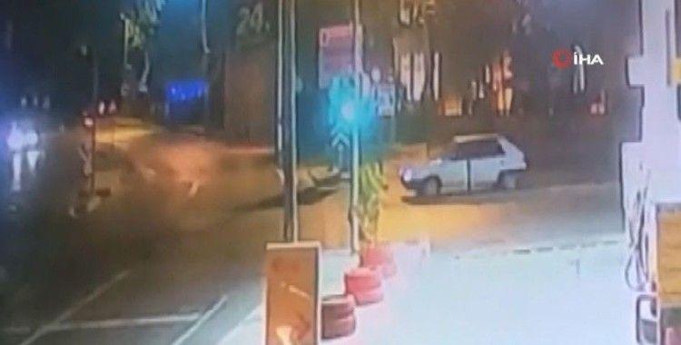 Kırmızı ışıkta duran araca çarptı, tekme tokat sürücüyü yumrukladı