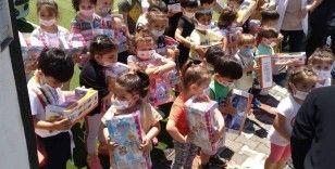 Cumhurbaşkanı Erdoğan, 'Tayyip dede' diye seslenen çocuklara oyuncak dağıttı