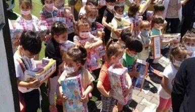 Cumhurbaşkanı Erdoğan, Tayyip dede'diye seslenen çocuklara oyuncak dağıttı