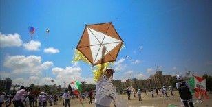 Gazzeli çocuklar İsrail saldırılarında ölen arkadaşlarının resimlerini uçurtmalarla gökyüzüne bıraktı