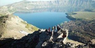 Nemrut Krater Gölü'nde çevre temizliğine dikkat çekmek için doğa yürüyüşü