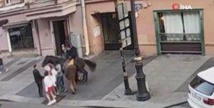 Atın altından geçmek isteyen kaykaycı, at tarafından ezildi