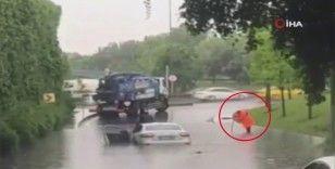 Aracıyla su basan yolda mahsur kaldı, otomobilin üzerinde kurtarılmayı bekledi