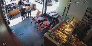 Hırsız kız kafedeki müşterinin cep telefonunu böyle çaldı