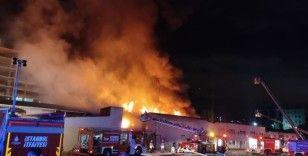 Küçükçekmece'deki kağıt fabrikasında çıkan yangın devam ediyor