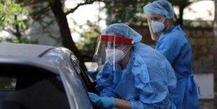 İngiltere'de gençlerin aşı olmaması nedeniyle salgın yayılıyor