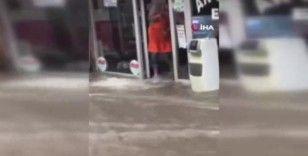 Eyüpsultan'da sokaklar göle döndü: Bazı iş yerlerini su bastı