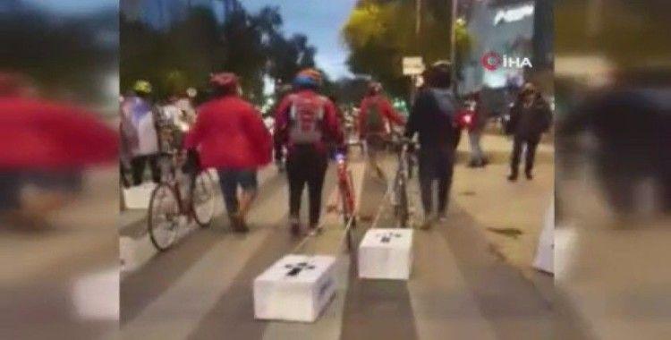 Meksika'da bisikletçilerden karton tabutlu protesto
