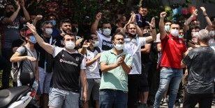 Beşiktaşlı taraftarlar Sergen Yalçın'ın evinin önünde toplandı