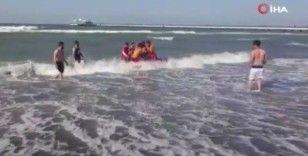 Boğulma tehlikesi geçiren 2 kişiyi cankurtaranlar kurtardı