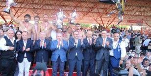 Başpehlivan Gürbüz'e altın kemeri TBMM Başkanı Şentop taktı