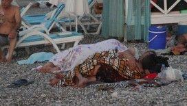 Aşırı sıcakların etkisindeki Antalya'da sahiller açık hava oteline döndü