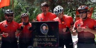 15 Temmuz şehitlerinin mezarlarından aldıkları toprakları Ömer Halisdemir'in kabrine götürüyorlar