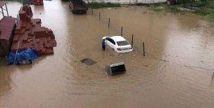 Rize'de etkili olan şiddetli sağanak heyelanlara ve bazı yolların kapanmasına neden oldu