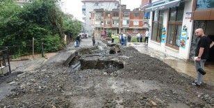 Trabzon'da şiddetli yağış etkili oldu, Arap turistin aracı çukura düştü