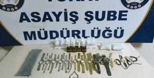 Kuyumcunun camını kırarak hırsızlık yapan 3 kişi yakalandı