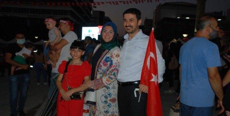 İzmirli vatandaşlar 15 Temmuz'da Konak Meydanı'nı doldurdu
