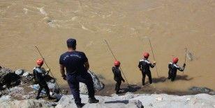 Rize'de yaşanan sel sonrası Güneysu Deresi'nde kayıp arama çalışmaları devam ediyor