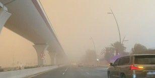 Suudi Arabistan'da kum fırtınası gökyüzünü turuncuya bürüdü