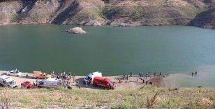 Amasya Suluova Derinöz Barajı'nda serinlemek için suya giren aynı aileden 5 kişi kayboldu.