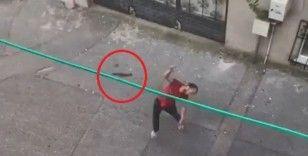 Bursa'da 3. kata balta fırlattı, satırla tehdit etti