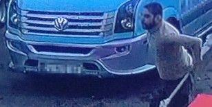 Dolmuş şoförü kural tanımaz yolcudan canını zor kurtardı: O anlar kamerada