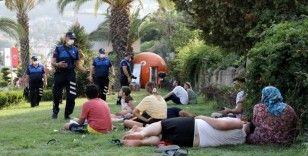 Zabıta ekipleri park ve refüjlerde tatil yapanları uyardı, uymayanlara ceza yazdı